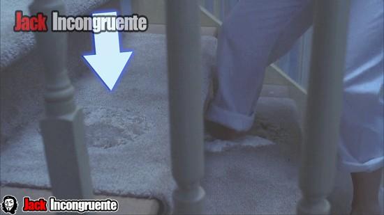 curiosidades de a nightmare on elm street - se pueden ver los hoyos en las escaleras que sube nancy